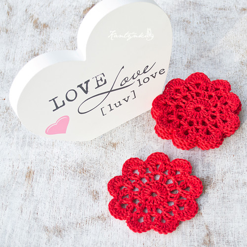 Rudé květy jako podložky pod hrnky