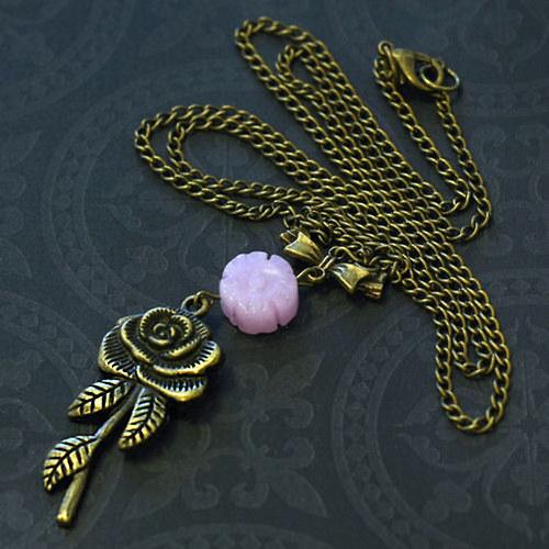 Náhrdelník s chalcedonem a růžičkou