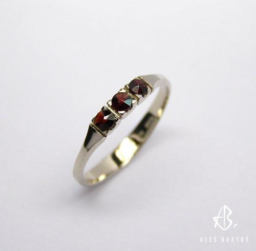 prsten z bílého zlata s českýmy granáty