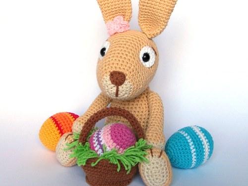 Háčkovaný králíček s kraslicemi a košíčkem