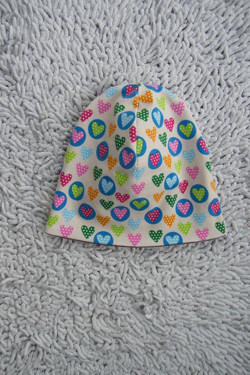 Oboustranná čepička Srdíčka + barevná kolečka :-)