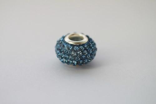 Korálek se širokým průtahem se sv.modrými kamínky