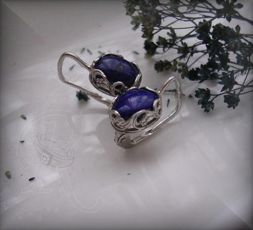 Přírodní lapis lazuli  v prořezávané obrubě...