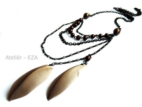 Originální, hnědo-černý náhrdelník s peřím