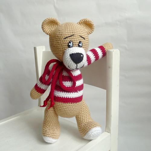 Medvídek v červeno-bílém svetříku