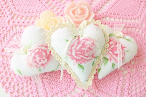 Srdíčko s růží a háčkovanou krajkou