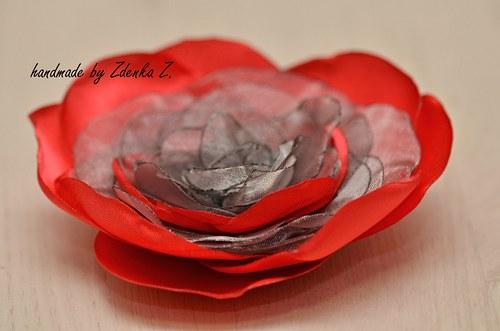 Elegantní červeno - šedá brož