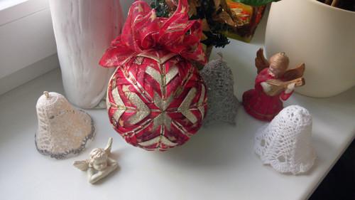 Vánoční stužková koule