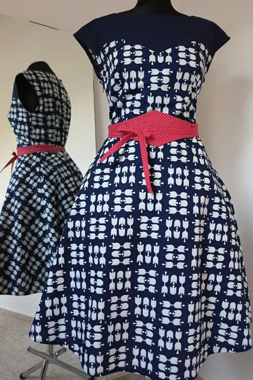 modrotiskové šaty s modrým sedlem a kolovkou
