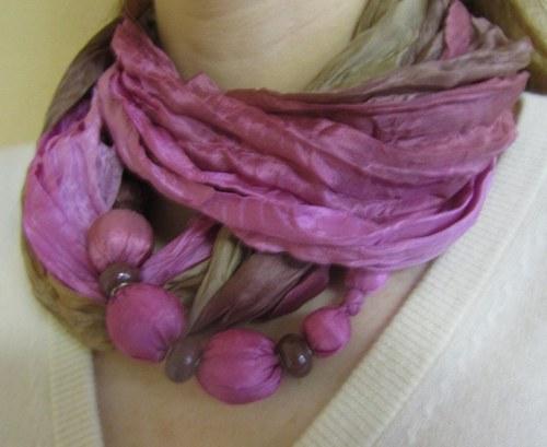 Hedvábá kruhová šála s náhrdelníkem