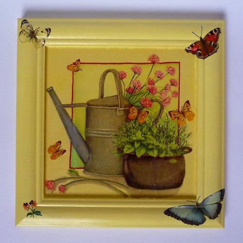 Zátiší s konvičkou a motýli