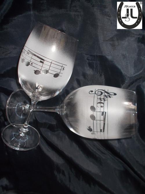 Vínová sklenička pro milovníky hudby