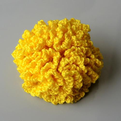 Háčkovaná brož - karafiát žlutý