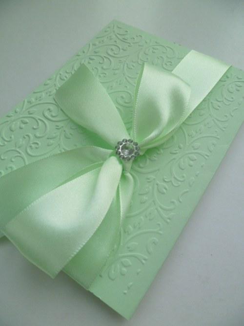 zelenkvé svatební oznámení se vzorem a stuhou