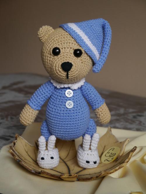 Háčkovaný medvídek v pyžámku modrý