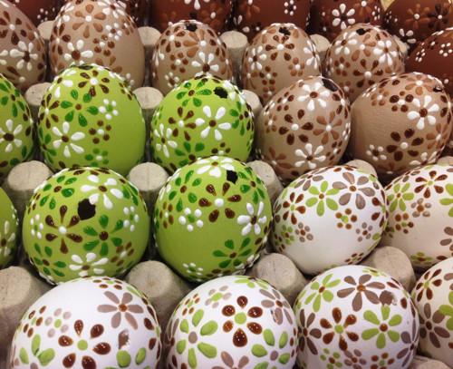 Slepičí kraslice v barvách zelené, hnědé a bílé