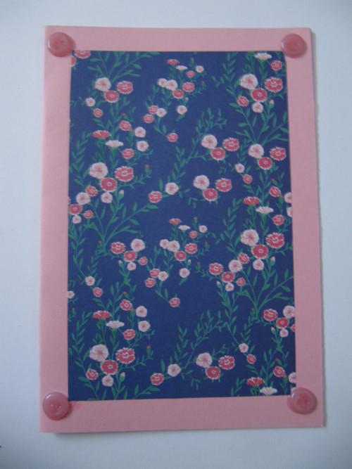 růžové s květinami a knoflíky