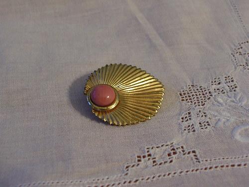 Zlatá brož s růžovým okem