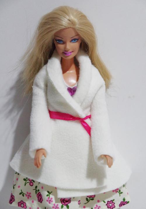 Biely kabátik pre Barbie