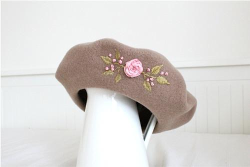 Světle hnědý vyšívaný baret - hedvábná růžová růže