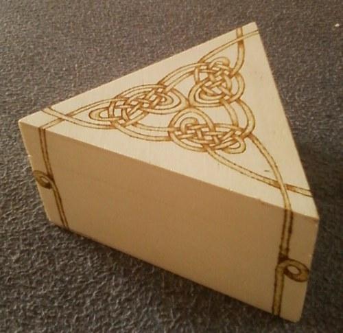 Vypalovaná krabička pro radost - trojúhelníková