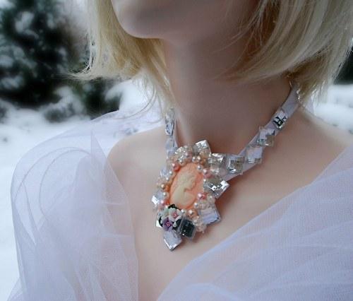 Výrazný náhrdelník s kamejí