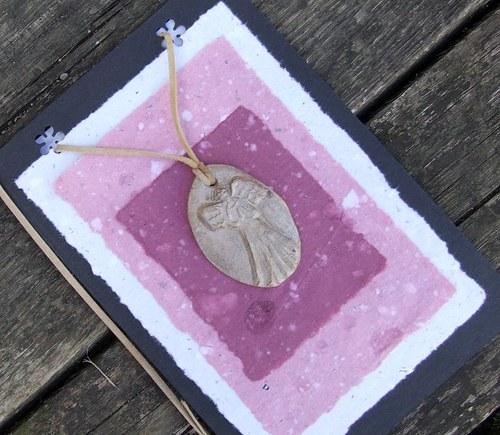 Přáníčko s keramickým přívěškem - andílek II