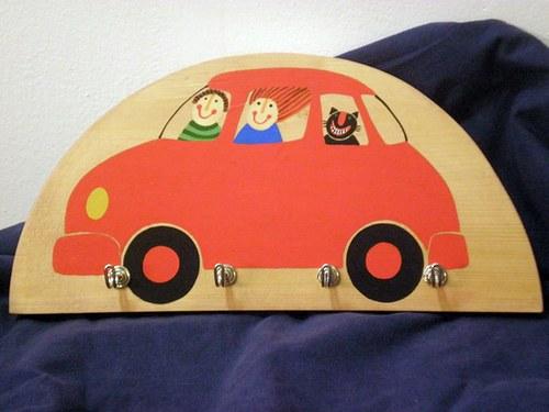 Věšák - auto červené