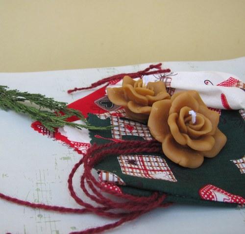 Dvě plovoucí růžičky ve vánočním pytlíčku
