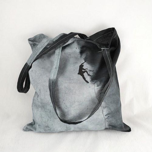 Šedo-černá batikovaná taška s horolezcem