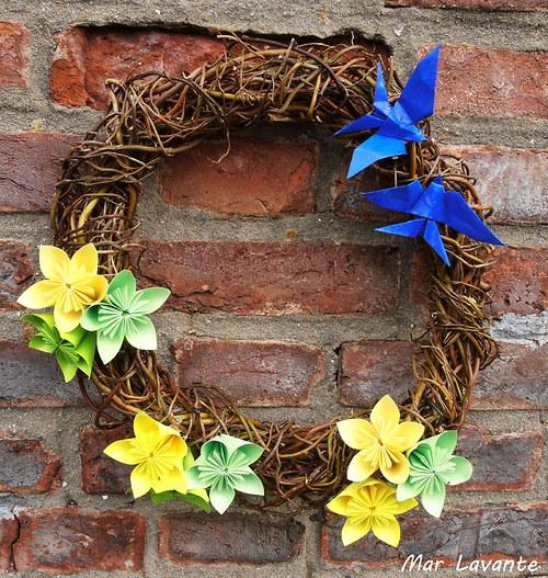 Proutěný věnec jarní vlaštovky a květy