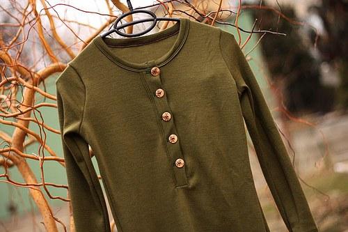 Kojící merino triko na knoflíky olivové