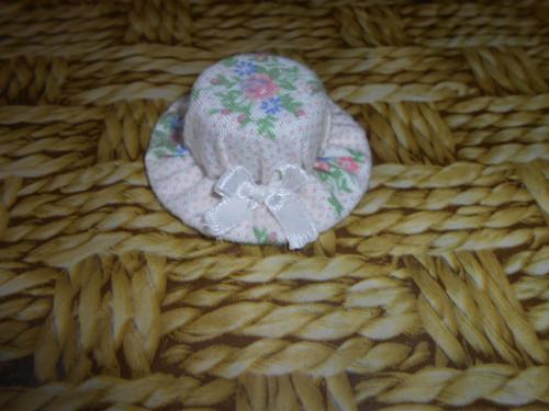 Dekorační růžičkový klobouček