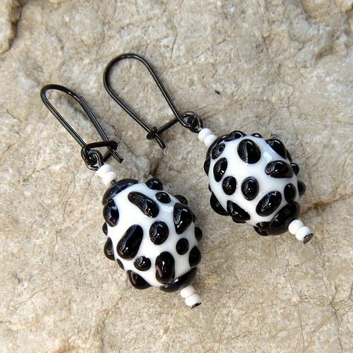 Náušnice - bílo - černé mozaikové olivy