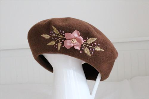 Hnědý baret se starorůžovou šípkovou růží