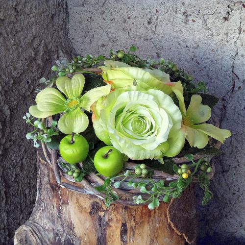 Zelené růže v proutěném hnízdě