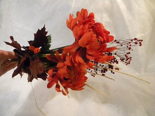 Kytička z umělých chrysanthem a sušiny