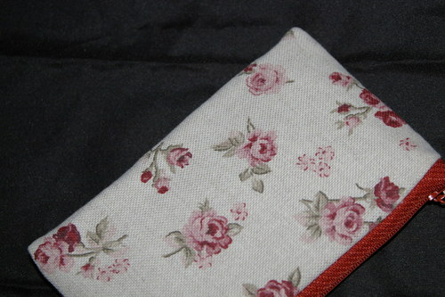 menší kapsička s růžičkami na režné