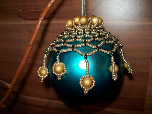 Vánoční ozdoba-zlaté pončo na baňku
