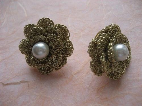 Háčkované náušnice - zlaté s bílou perličkou