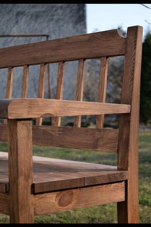 hnědá lavice