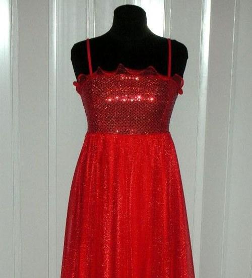 Jasně červené dlouhé šaty