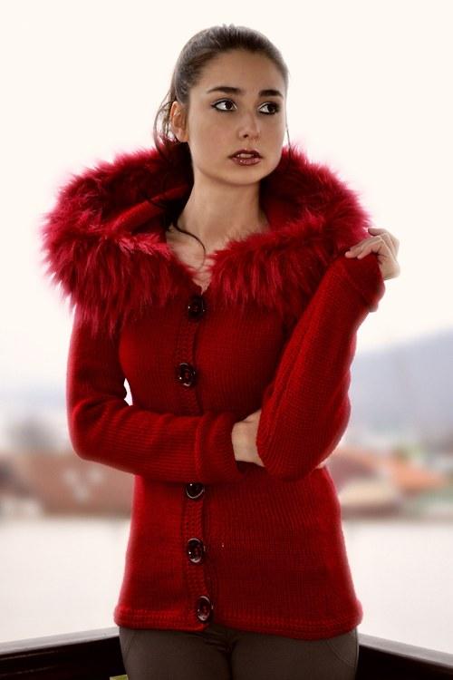 červený svetrík