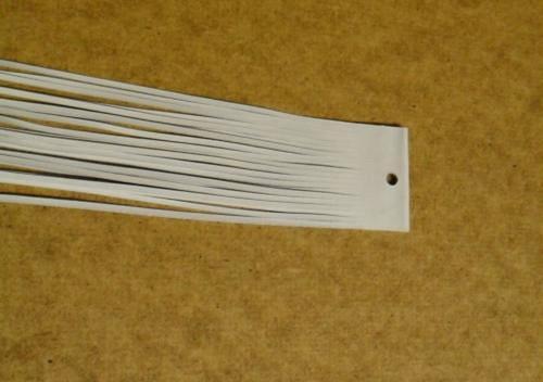 Balení bílých kožených řemínků po 20ks