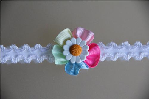 Bílá pružná čelenka, duhový květ s kopretinou