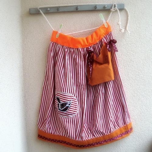 4d9436f2979 sukně chalupářská - červený proužek