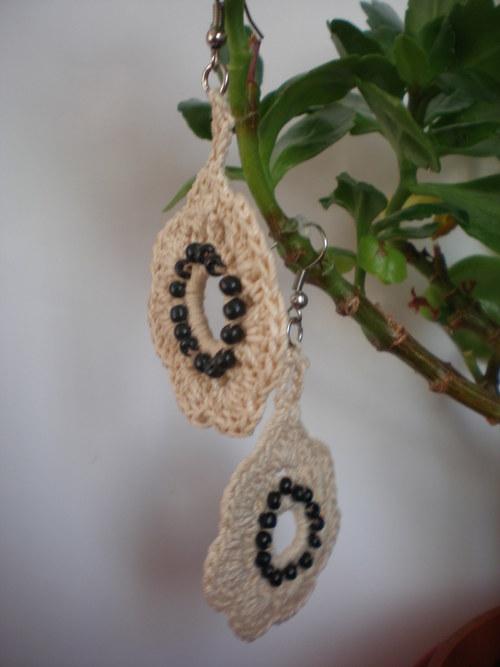 Bežovo-černé kytičky, háčkované naušnice