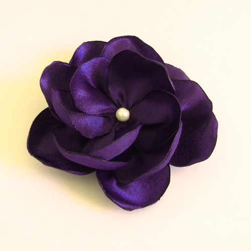 Saténová květina do vlasů v tmavě fialové