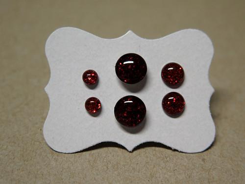 Červené pecičky z chirurgické oceli