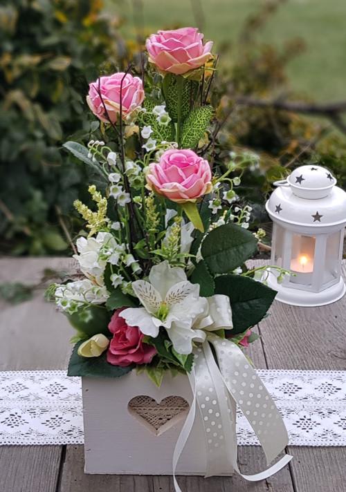 Dekorace s růžemi v dřevěné krabičce